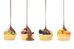 Chocolat versant sur le fruit image stock