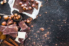 Chocolat y especias en la tabla negra Foto de archivo