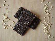 Chocolate amargo com pinhões Porca de cedro perto da barra de chocolate Fotos de Stock