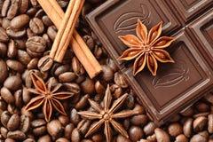 Chocolate, anís de estrella y canela en los granos de café imágenes de archivo libres de regalías
