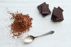 Chocolate bars with heap of cacao powder Royalty Free Stock Photos