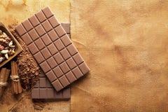 Chocolate bars and ingredints od chocolate Royalty Free Stock Photos