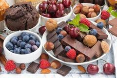Chocolate, bayas y nueces oscuros del surtido foto de archivo libre de regalías