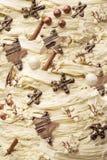Chocolate blanco con las decoraciones oscuras del chocolate Imagen de archivo libre de regalías