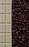 Chocolate blanco y granos de café fragantes Foto de archivo libre de regalías