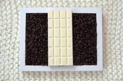Chocolate blanco y granos de café fragantes Foto de archivo