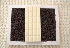 Chocolate blanco y granos de café fragantes Fotos de archivo libres de regalías