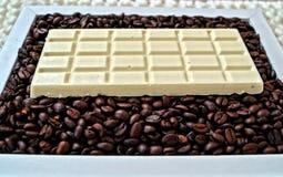 Chocolate blanco y granos de café fragantes Imagen de archivo libre de regalías
