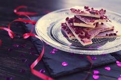 Chocolate branco com framboesas secadas Imagens de Stock Royalty Free