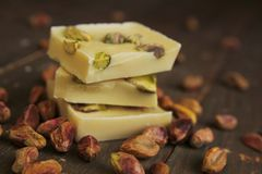 Chocolate e pistachios brancos foto de stock royalty free