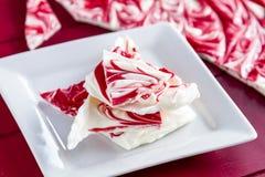 Chocolate branco e casca vermelha dos doces de pastilha de hortelã Fotografia de Stock