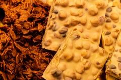 Chocolate branco e chocolate escuro fotografia de stock