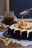Chocolate cake with cream glaze and caramel Royalty Free Stock Images