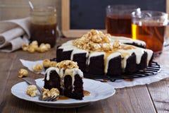 Chocolate cake with cream glaze and caramel Royalty Free Stock Photos