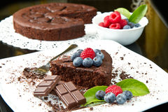 Chocolate cake with fresh berry Royalty Free Stock Images