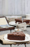 Chocolate cake on white plate, on hessian Royalty Free Stock Photos
