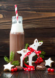 Chocolate caliente con crema azotada en botellas retras pasadas de moda con la paja rayada roja Bebida y pan de jengibre b del dí Imagenes de archivo
