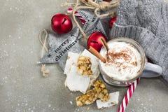 Chocolate caliente con crema, canela y turron azotados Navidad Imagenes de archivo
