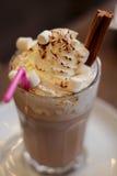 Chocolate caliente con crema en el top Fotografía de archivo