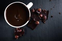 Chocolate caliente con el chocolate amargo en una pizarra negra Fotografía de archivo libre de regalías