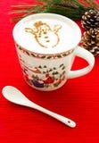 Chocolate caliente con el muñeco de nieve del canela Imagen de archivo