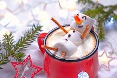 Chocolate caliente con el muñeco de nieve derretido Foto de archivo libre de regalías