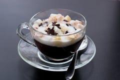 Chocolate caliente con helado y la melcocha fotografía de archivo libre de regalías