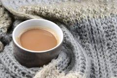 Chocolate caliente con la bufanda hecha punto en el redacteur del voor de Notitie del invierno: Fotos de archivo libres de regalías