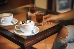 Chocolate caliente con la melcocha en la tabla en un café El concepto de una mañana Foto de archivo libre de regalías