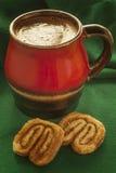 Chocolate caliente con las galletas del canela fotografía de archivo