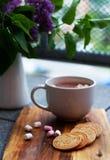 Chocolate caliente con las melcochas al lado de la lila Imagen de archivo