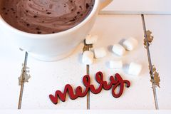 Chocolate caliente con las melcochas en la madera blanca Fotos de archivo libres de regalías