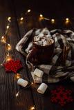 Chocolate caliente con las melcochas en taza en la tabla de madera marrón Concepto de la Navidad Imagen de archivo libre de regalías