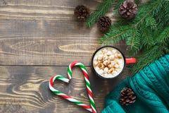 Chocolate caliente de la Navidad con las melcochas y el bastón de caramelo en el fondo de madera Espacio de la visión superior y  Imagen de archivo