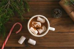 Chocolate caliente de la Navidad con las melcochas y los ornamentos de Navidad Fotografía de archivo libre de regalías