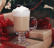 Chocolate caliente debajo del árbol de navidad Fotos de archivo libres de regalías