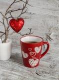 Chocolate caliente del desayuno romántico del día de tarjeta del día de San Valentín en una taza roja y un corazón rojo Fotografía de archivo