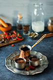 Chocolate caliente e ingredientes mexicanos picantes Fotografía de archivo