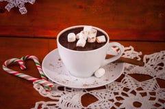 Chocolate caliente en la taza blanca con el palillo de canela Fotos de archivo