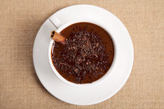 Chocolate caliente en la taza blanca con el palillo de cinamomo Foto de archivo