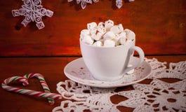 Chocolate caliente en la taza blanca con Marshmellow y los caramelos Imágenes de archivo libres de regalías