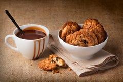 Chocolate caliente en las galletas blancas de la taza y de harina de avena Fotografía de archivo libre de regalías