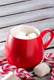Chocolate caliente en taza roja imagenes de archivo