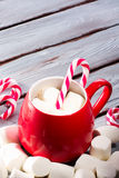 Chocolate caliente en taza roja fotografía de archivo libre de regalías