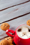 Chocolate caliente en taza roja imagen de archivo