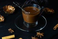 Chocolate caliente en una taza de cristal imagen de archivo