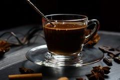 Chocolate caliente en una taza de cristal foto de archivo