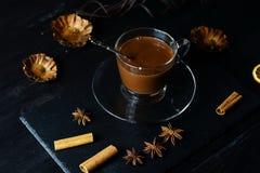 Chocolate caliente en una taza de cristal fotografía de archivo libre de regalías