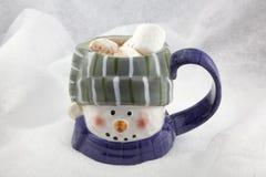 Chocolate caliente en una taza del muñeco de nieve Fotografía de archivo libre de regalías