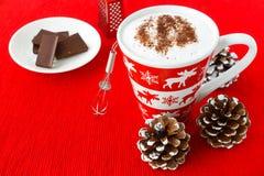 Chocolate caliente en una taza festiva con motivos del invierno Imágenes de archivo libres de regalías